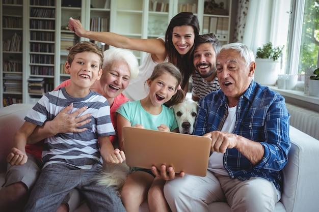 Portret van gelukkige gebruikende laptop