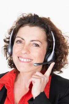 Portret van gelukkige glimlachende vrolijke geïsoleerde de vrouwenexploitant van de steuntelefoon in hoofdtelefoon