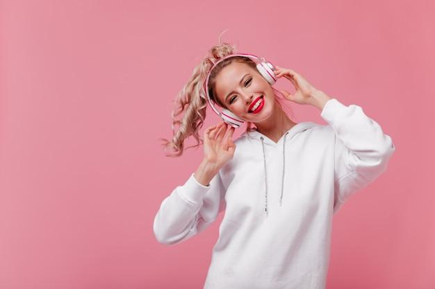 Portret van gelukkige glimlachende vrouw met perfecte huid en blos op haar wangen