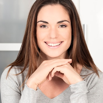 Portret van gelukkige glimlachende vrouw