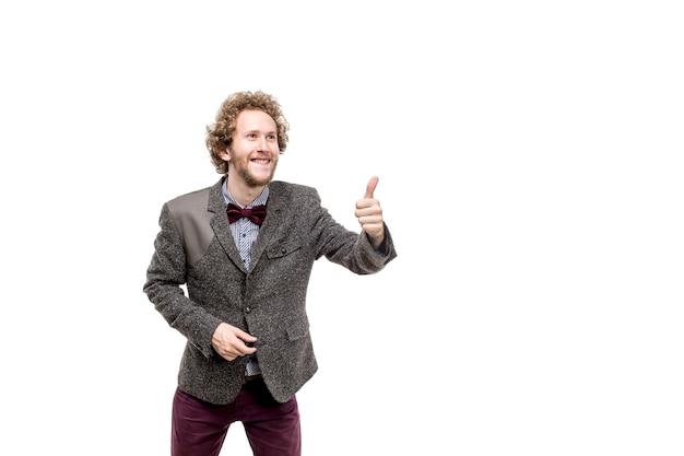 Portret van gelukkige glimlachende zakenman in jasje en vlinderdas met omhoog duim. isoleren