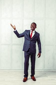 Portret van gelukkige, glimlachende zwarte bedrijfsmens