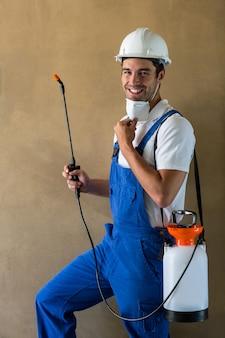 Portret van gelukkige handarbeider met spuitbus