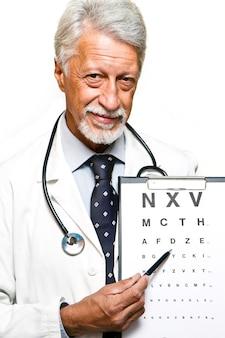 Portret van gelukkige hogere arts die op witte achtergrond wordt geïsoleerd