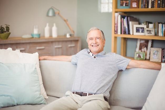 Portret van gelukkige hogere mensenzitting thuis