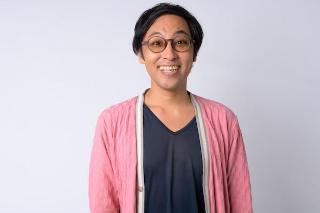 Portret van gelukkige japanse man die lacht tegen witte achtergrond