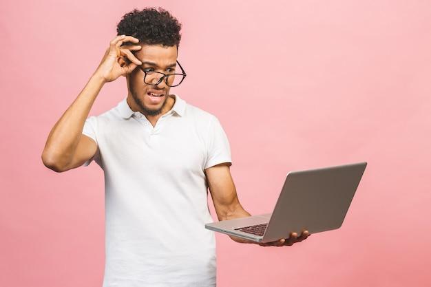 Portret van gelukkige jonge afro amerikaanse man met behulp van laptop