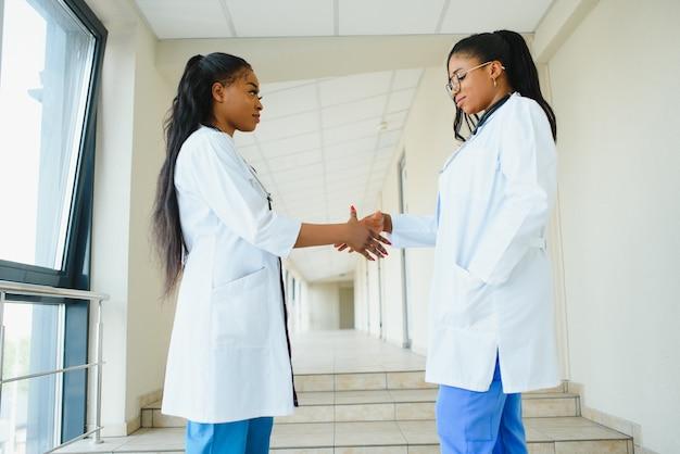 Portret van gelukkige jonge afro-amerikaanse verpleegsters