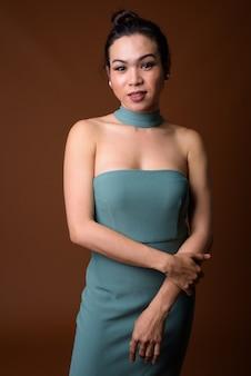 Portret van gelukkige jonge aziatische transgender vrouw lachend