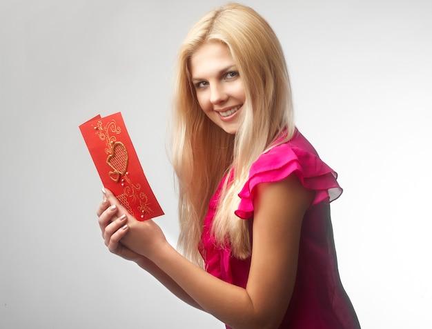 Portret van gelukkige jonge de valentijnskaartkaart van de vrouwenholding