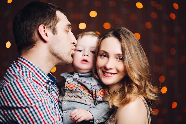 Portret van gelukkige jonge familie die samen zitten