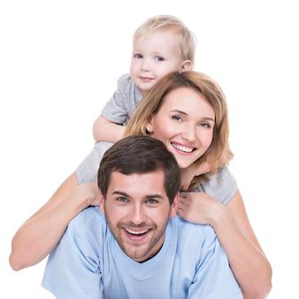 Portret van gelukkige jonge familie met kinderen die op de geïsoleerde vloer liggen -