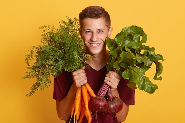 Portret van gelukkige jonge landbouwer die in landbouwbedrijf werkt