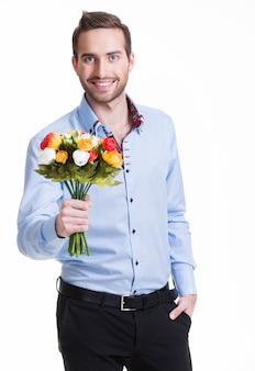 Portret van gelukkige jonge man met bloemen - geïsoleerd op wit.