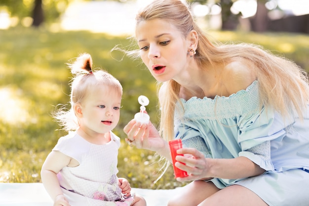 Portret van gelukkige jonge moeder met babydochter samen tijd doorbrengen