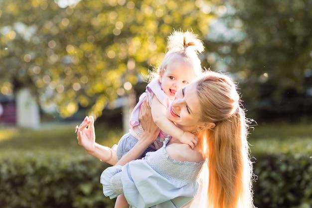 Portret van gelukkige jonge moeder met kleine schattige babydochter