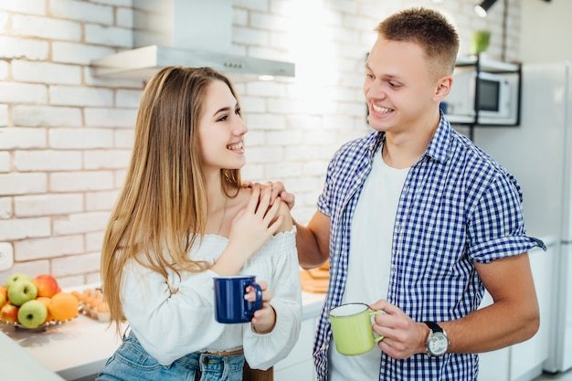 Portret van gelukkige jonge paar samen ontbijten