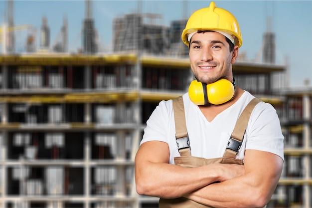 Portret van gelukkige jonge voorman met bouwvakker