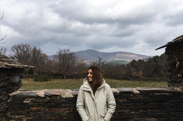 Portret van gelukkige jonge vrouw die het landschap overweegt