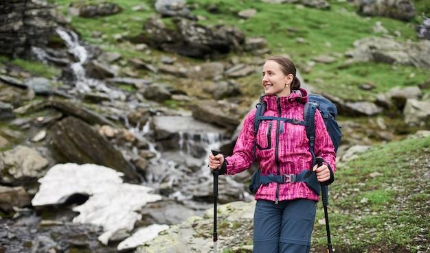 Portret van gelukkige jonge vrouw in de bergen
