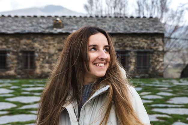 Portret van gelukkige jonge vrouw in een landelijk dorp