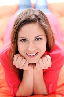 Portret van gelukkige jonge vrouw