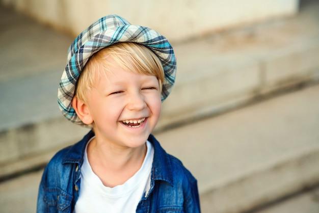 Portret van gelukkige jongen die in straat glimlacht