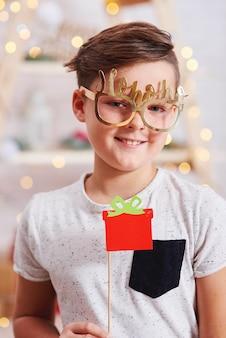 Portret van gelukkige jongen in kerstmistijd