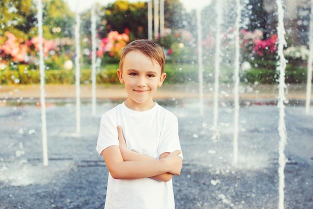Portret van gelukkige jongen over fontein