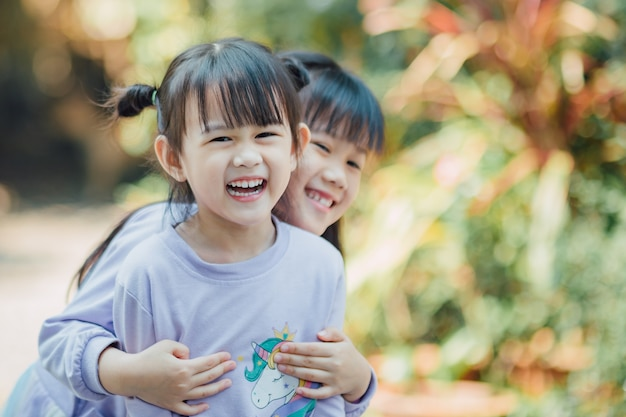 Portret van gelukkige kleine kinderen met vol genieten van emotie op hun gezicht