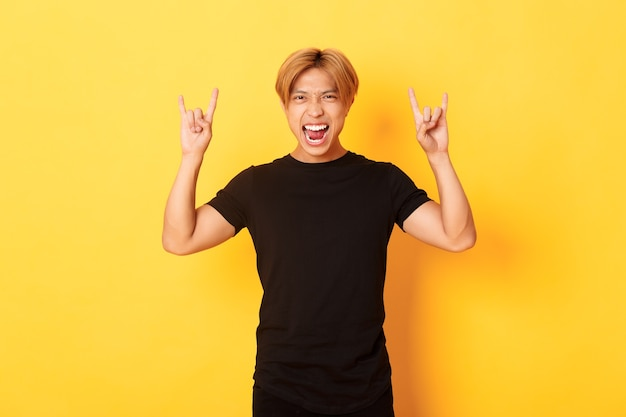 Portret van gelukkige knappe aziatische man met plezier en feesten