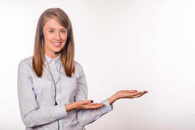Portret van gelukkige lachende vrolijke jonge ondersteuning telefoon operator
