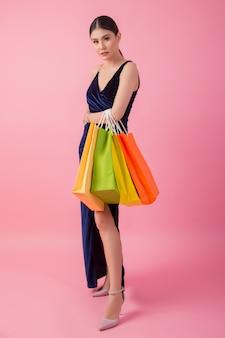Portret van gelukkige lachende vrouw boodschappentas te houden