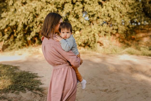 Portret van gelukkige liefhebbende moeder en haar zoontje