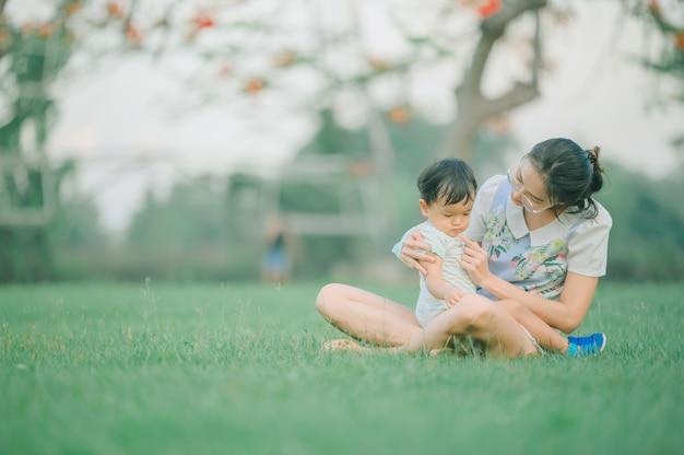 Portret van gelukkige liefhebbende moeder