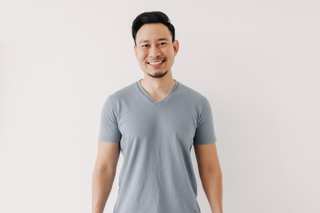 Portret van gelukkige man in blauwe t-shirt geïsoleerd op witte achtergrond