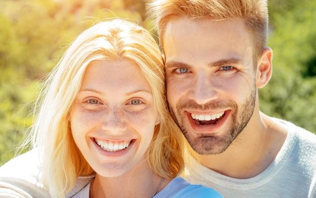 Portret van gelukkige mannelijke en vrouwelijke vrienden of geliefden