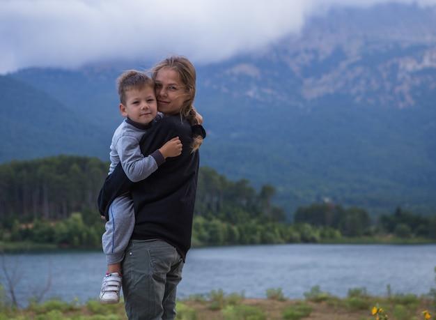 Portret van gelukkige mather en zijn zoontje, jongen knuffelen zijn mama, mather's day concept