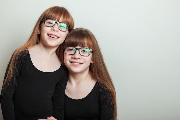 Portret van gelukkige meisjes in een gymnastiekzwempak van sporten