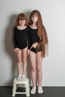 Portret van gelukkige meisjes in een sportgymnastiekzwempak