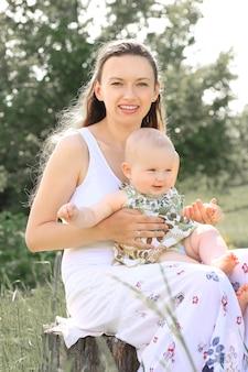 Portret van gelukkige moeder en dochter op parkachtergrond