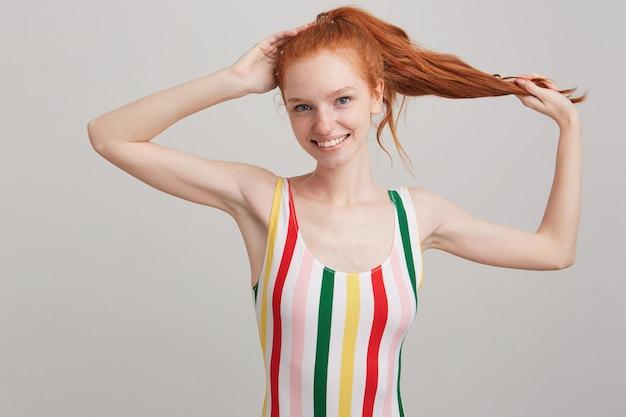 Portret van gelukkige mooie jonge vrouw met rood haar en sproeten