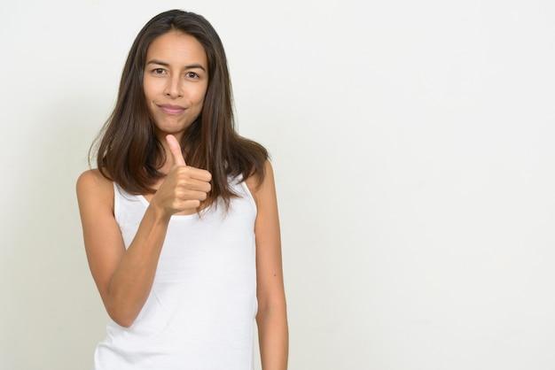 Portret van gelukkige mooie multi-etnische vrouw die duimen opgeeft