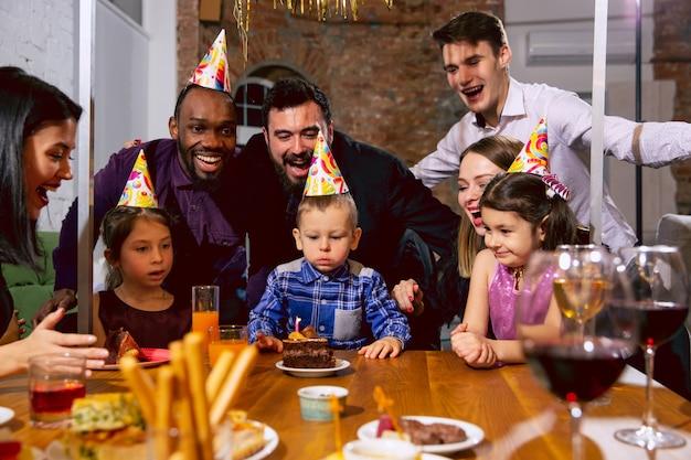 Portret van gelukkige multi-etnische familie die een verjaardag thuis viert