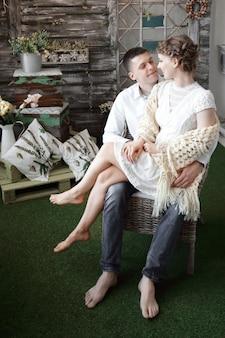 Portret van gelukkige paar in nieuwe woonkamer. het concept van gezinsgeluk