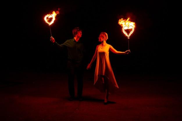 Portret van gelukkige paar met vuur in hun handen. ze hebben een geweldige tijd samen