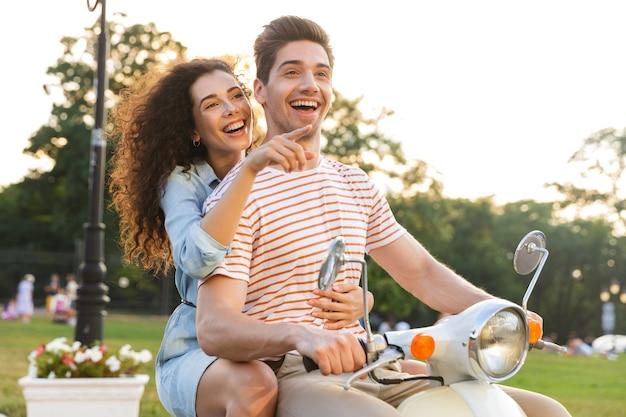 Portret van gelukkige paar, samen rijden op motor door stad straat