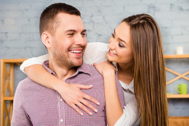Portret van gelukkige paar verliefd omarmen en kijken elkaar