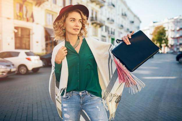 Portret van gelukkige positieve vrouw die lacht openhartig, lente mode straatstijl, groene blose dragen