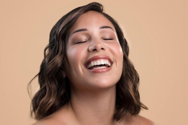 Portret van gelukkige smiley mooie vrouw